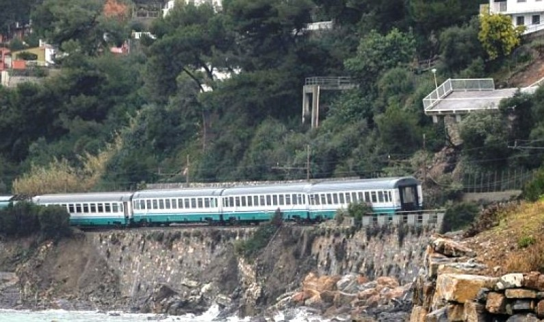 Andora, il treno deragliato rischia di precipitare in mare
