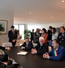 La delegazione di Ventotene consegna la chiave d'Europa a David Sassoli