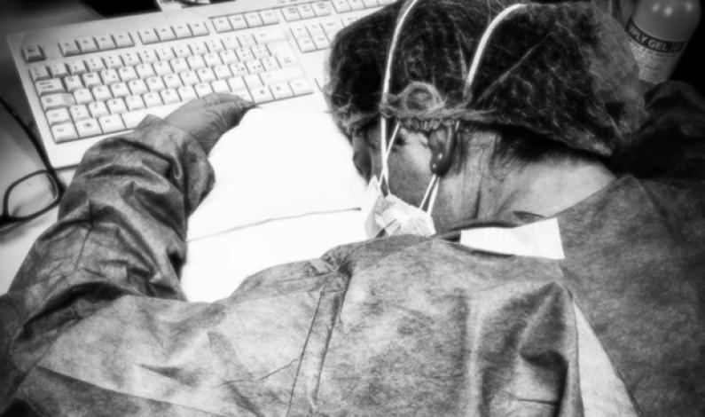 La foto simbolo della lotta al Coronavirus: infermiera stremata crolla dopo il turno